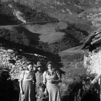 Fig. 5 Autunno 1944, Balme di Rodoretto (val Germanasca). Enrico Poet con moglie, sorella e figlia [Archivio famiglia Serafino]