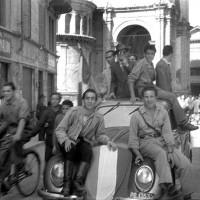 Partigiani in via Vittorio Emanuele (attuale via della Repubblica) 09-05-1945