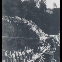 Fig. 10 Estate 1944, ricostruzione di un ponte a opera dei partigiani nelle valli di Lanzo [Centro di documentazione di storia contemporanea e della resistenza nelle Valli di Lanzo Nicola Grosa]