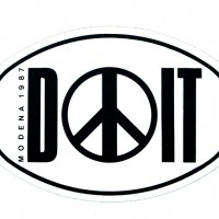 """1987 – Adesivo con logo di """"DOIT"""", rassegna di concerti organizzata dalla Fgci di Modena. [art direction Elisabetta Ognibene, copy Francesco Ricci, Avenida]"""