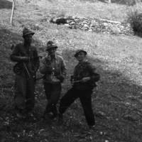 Fig. 6 Autunno 1944, Inverso di Pinasca. A sinistra Gianni Gay con il lutto a braccio, al centro Ettore Serafino [Archivio famiglia Serafino]