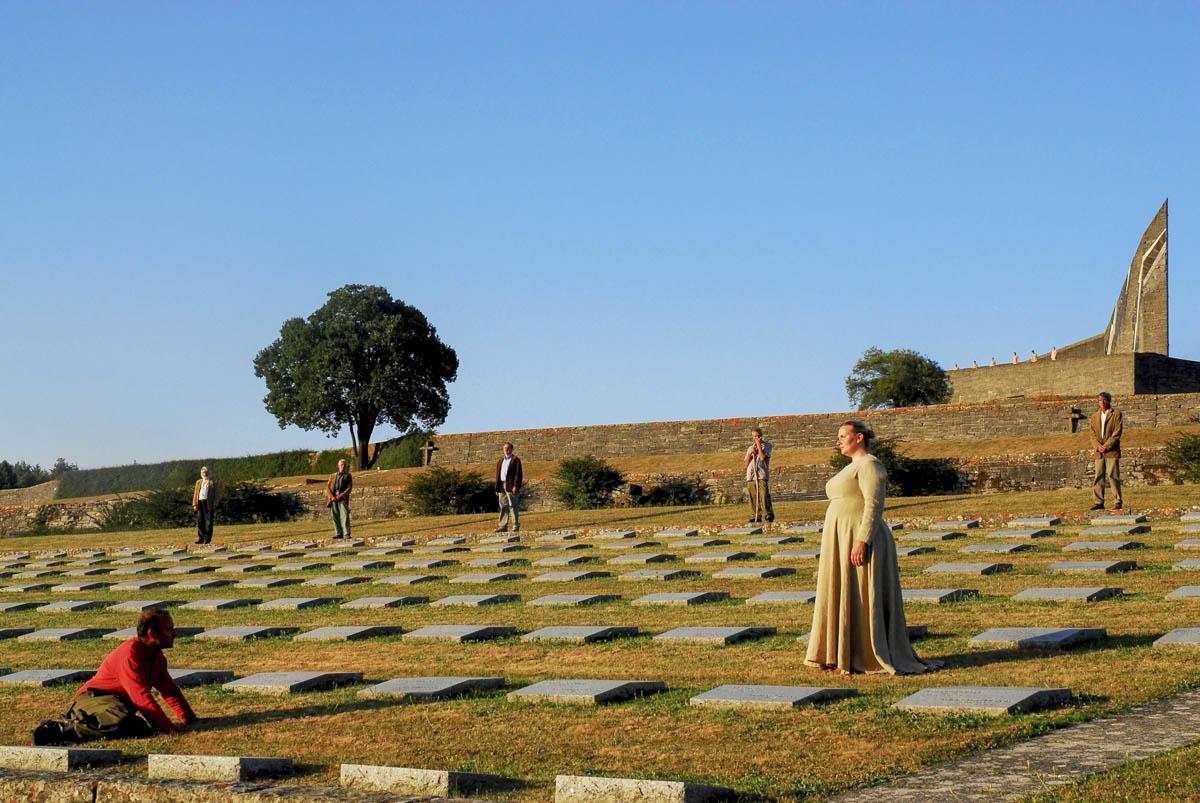 Fig. 1. I Persiani di Eschilo, Archivio Zeta al Cimitero militare germanico al passo della Futa, 2003 (foto: Franco Guardascione)