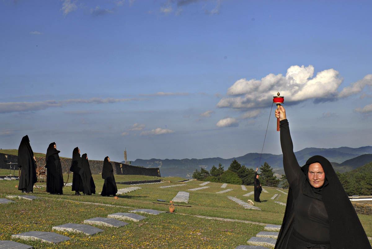 Fig. 2. Coefore di Eschilo, Archivio Zeta al Cimitero militare germanico al Passo della Futa, 2011 (foto: Franco Guardascione)