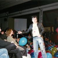 """1989 – Roberto """"Freak"""" Antoni interviene durante l'iniziativa """"Le linguacce del sesso"""". [art direction Elisabetta Ognibene, copy Francesco Ricci, Avenida]"""