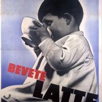 """l manifesto """"Bevete il latte"""" di Giacinto Mondaini (Civica Raccolta delle stampe Achille Bertarelli di Milano)."""