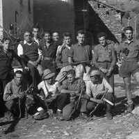 Fig. 3 Autunno 1944, Borgata Fontane (val Germanasca). Il partigiano a destra è Eugenio Juvenal [Archivio famiglia Serafino]